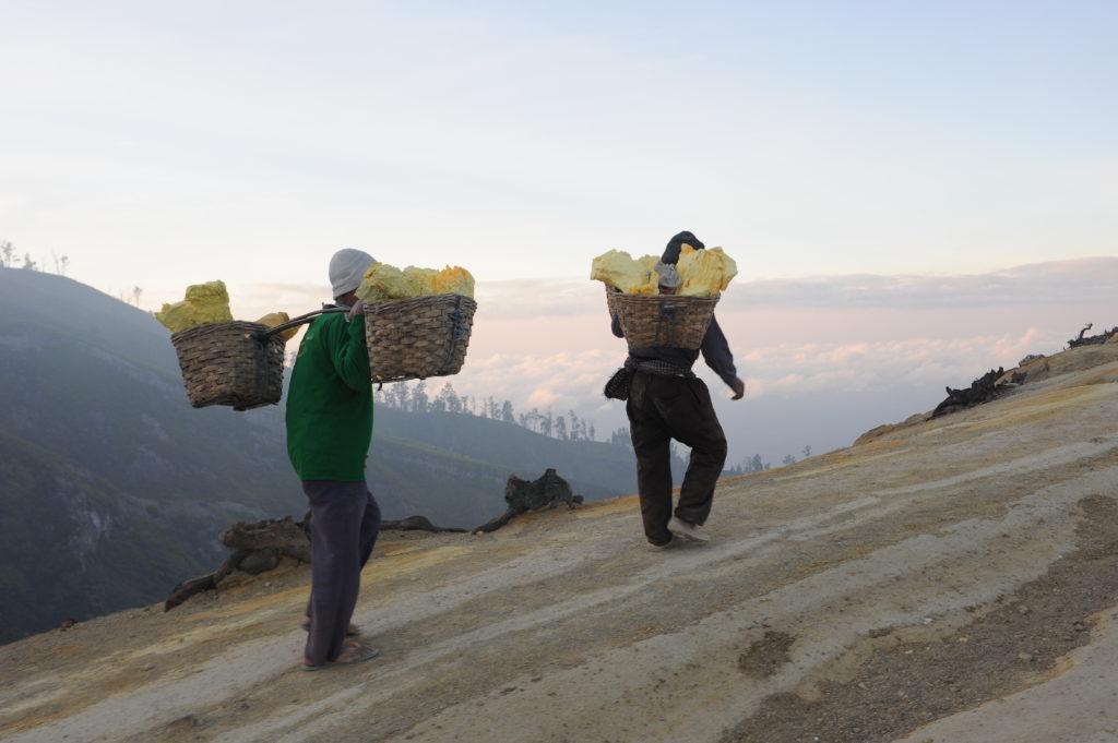 porteurs de souffre à la montée du cratère du volcan Kawah Ijen, Java, Indonésie