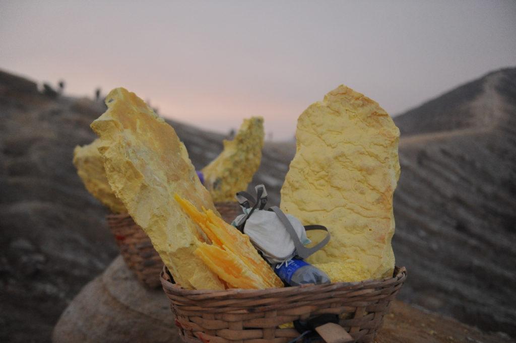 cratère du mont Kawah Ijen, Java, Indonésie, et paniers remplis de souffre