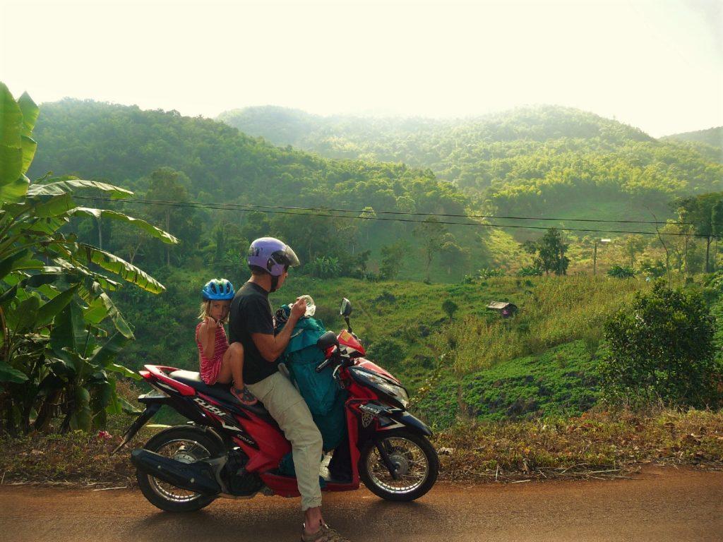 chaton et chatounette sur le scooter avec en arrière plan des paysages de verdure entre Chiang Dao à Doi Ang Khang
