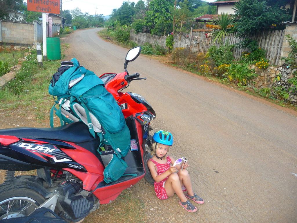 chatounette assise au pied du scooter entre Chiang Dao à Doi Ang Khang