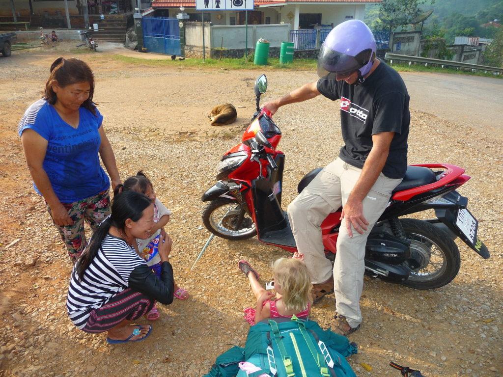 chaton, chatounette et des thaïlandaises dans un village entre Chiang Dao à Doi Ang Khang