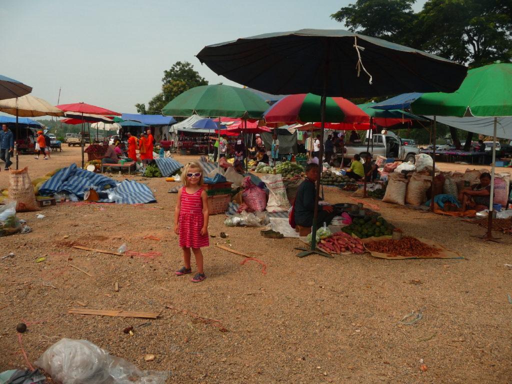 chatounette au marché entre chiang mai et chiang dao
