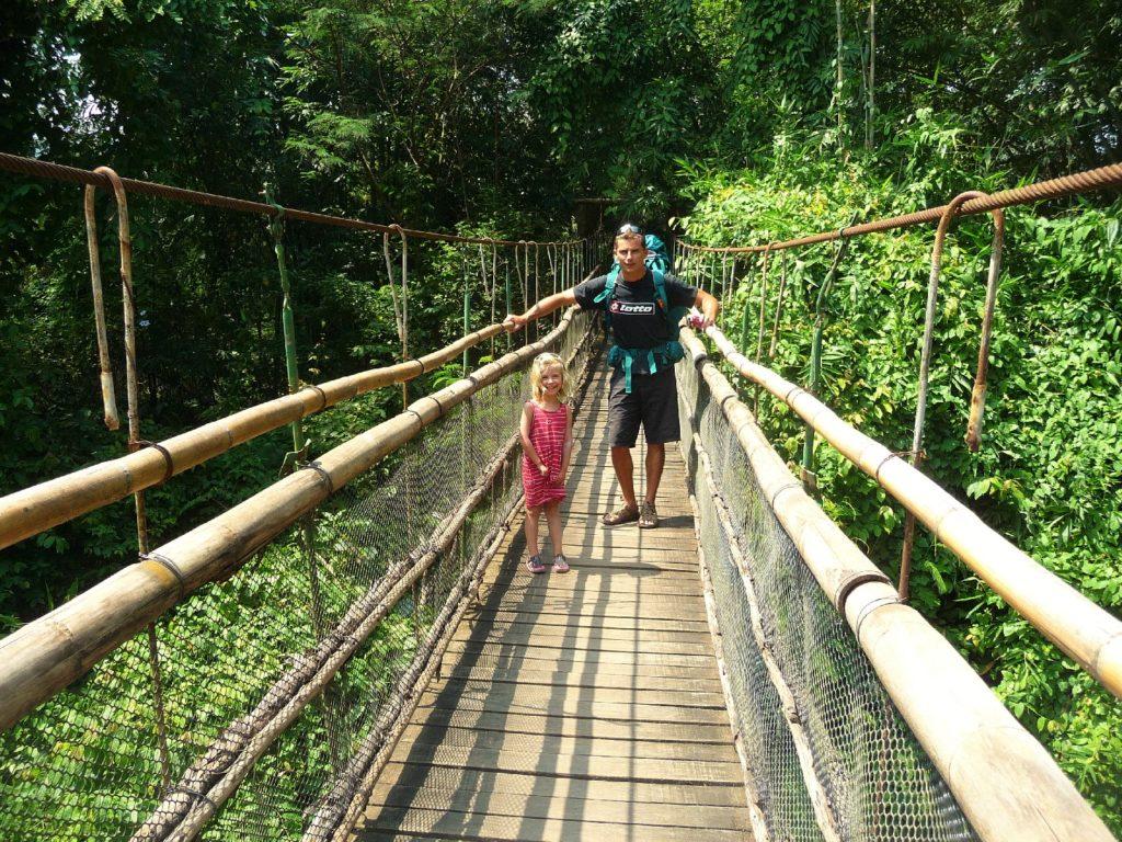 Chaton et Chatounette sur un pont de singe menant à un camp d'entraînement pour éléphants entre Chiang Mai et Chiang Dao