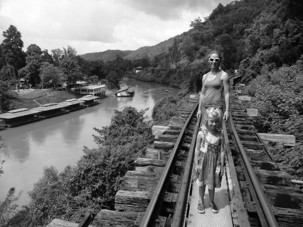 chatoune et chatounette sur la ligne de chemin de fer sur un pont longeant les parois karstique près de Kra Sae Cave entre kanchanaburi et sai yok noi
