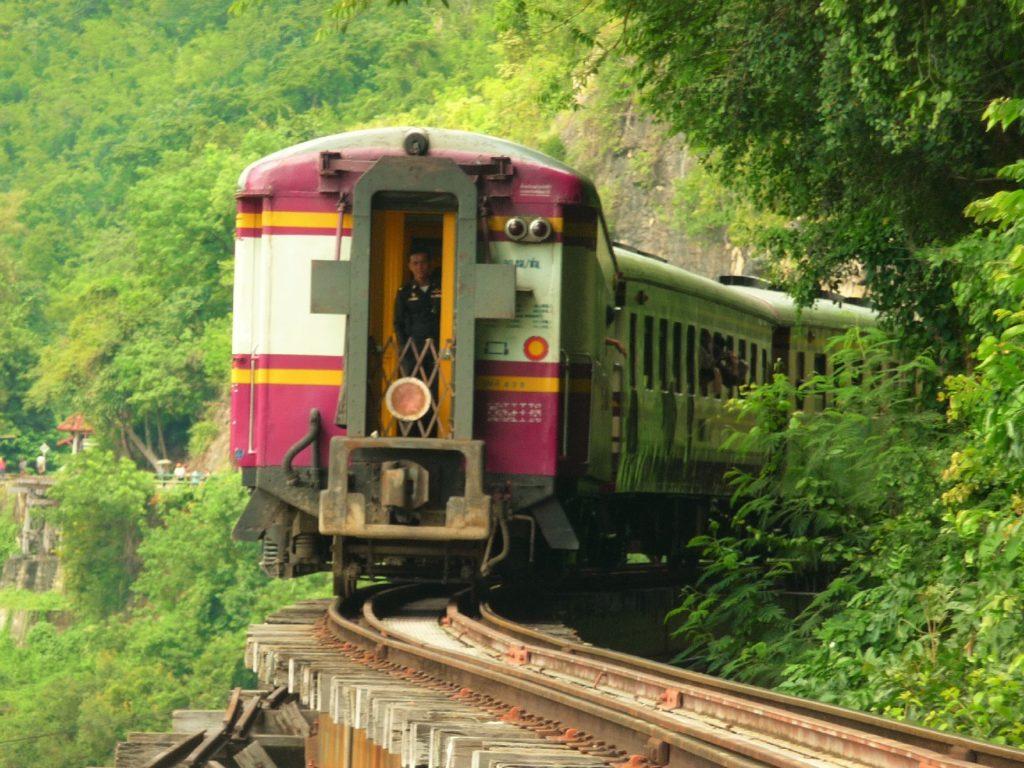 train qui vient de passer sur la ligne de chemin de fer sur un pont longeant les parois karstique près de Kra Sae Cave entre kanchanaburi et sai yok noi