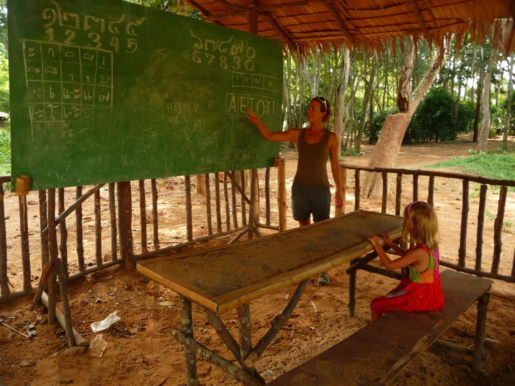 """chatoune fait l'école à Chatounette dans une """"école"""" ou """"salle de classe"""" à côté du camp d'éléphants près de Kra Sae Cave entre kanchanaburi et sai yok noi"""