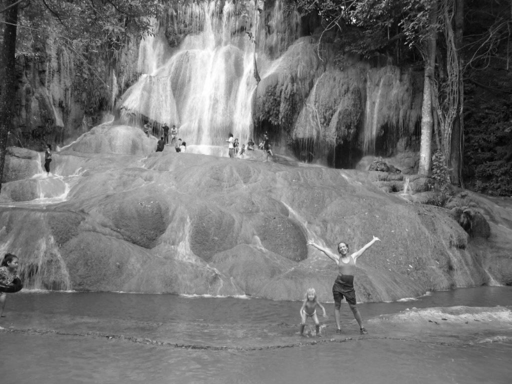 chatounette et chatoune dans la cascade d'eau de sai yok noi près de kanchanaburi