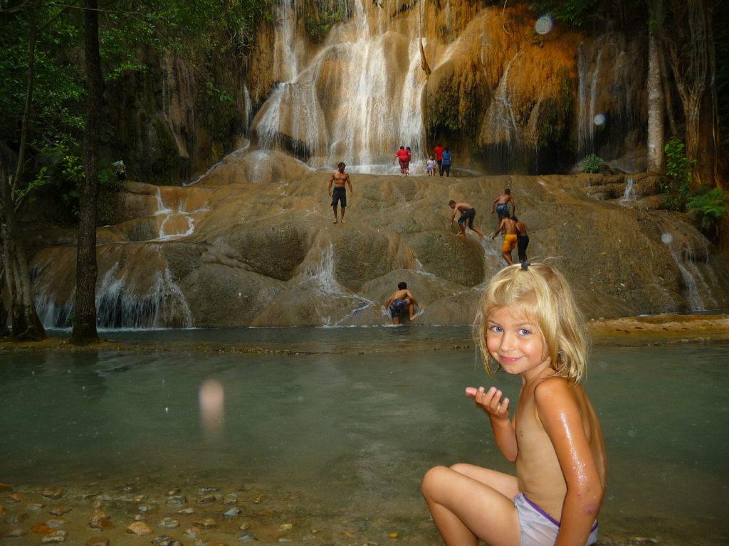 chatounette dans la cascade d'eau de sai yok noi près de kanchanaburi