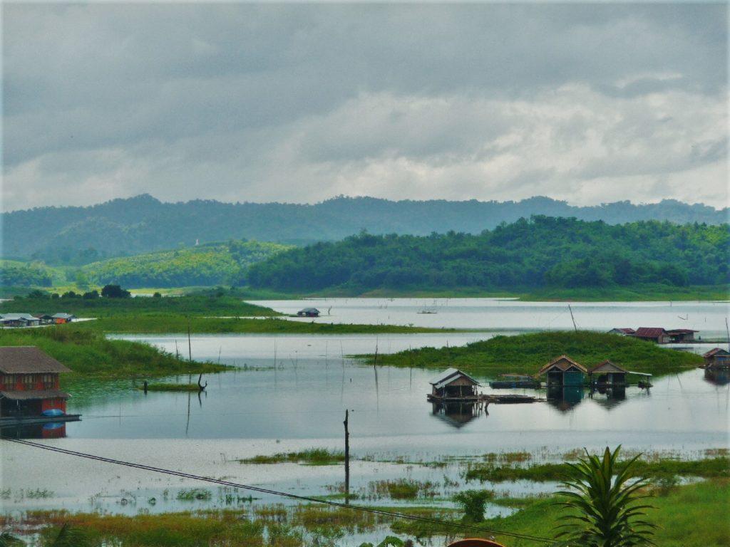lac Vajiralongkorn dans la région de Kanchanaburi près de Sangkhlaburi
