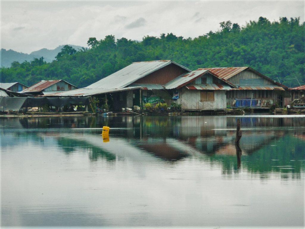maisons flottantes sur le lac Vajiralongkorn dans la région de Kanchanaburi près de Sangkhlaburi