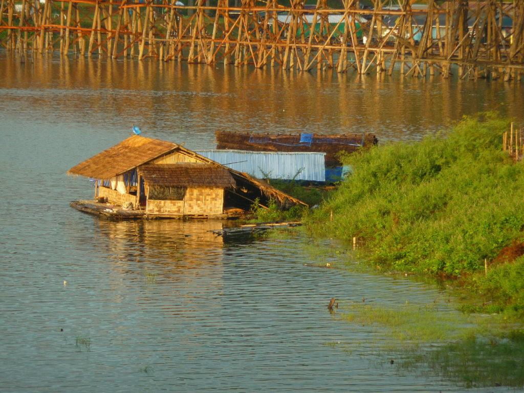 vue sur des maisons flottantes et le fameux pont en bois à Sangkhlaburi, région de Kanchanaburi