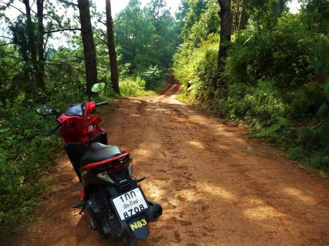 notre scooter et un chemin de terre à Doi Angkhang Royal Agricultural Station à Fang, Nord Thaïlande