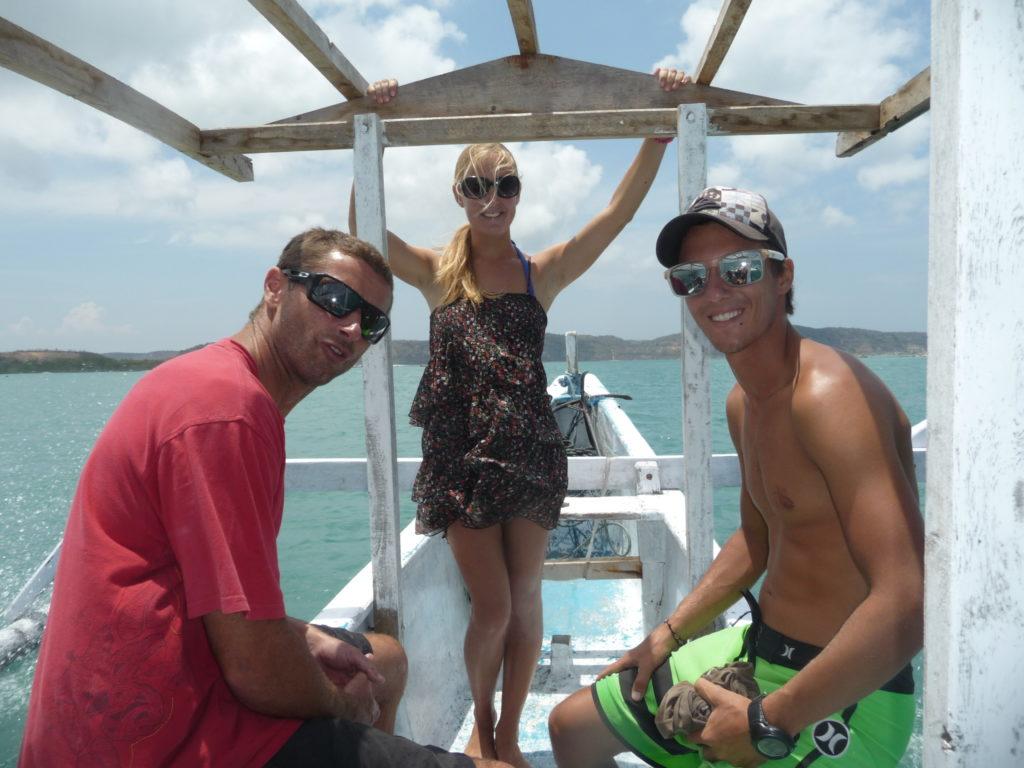 chaton et les doudous sur le bateau pour aller surfer à gerupuk, lombok