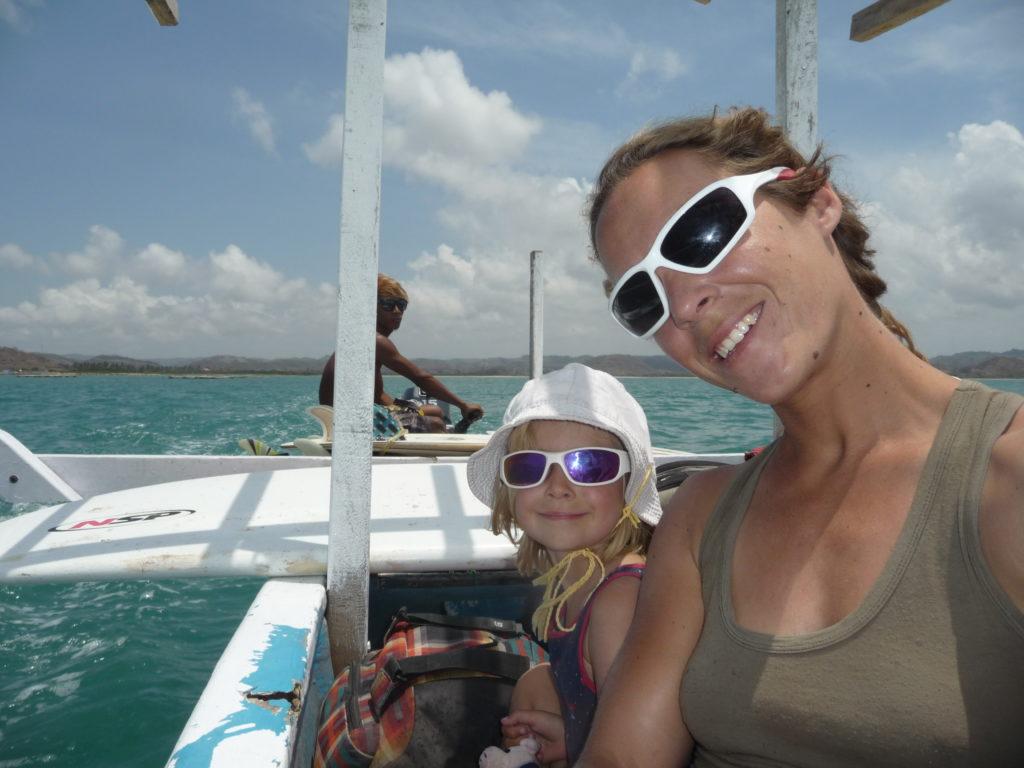chatoune et chatounette sur le bateau pour aller surfer à gerupuk, lombok