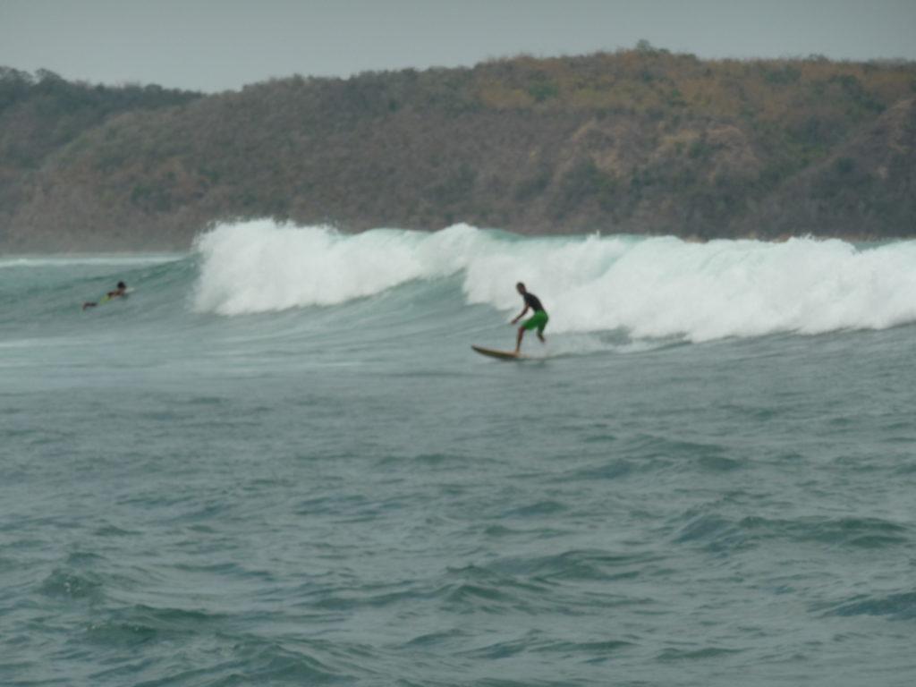jérémy en train de surfer une vague de gerupuk, lombok