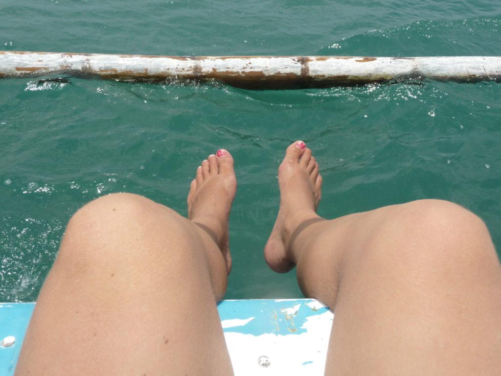 les pieds dans l'eau depuis le bateau au spot de surf de Gerupuk, Lombok