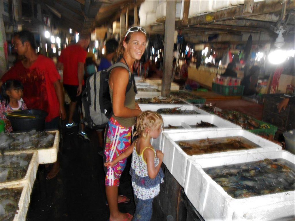 chatoune et chatounette au fisk market (marché au poissons) de Kua Bali