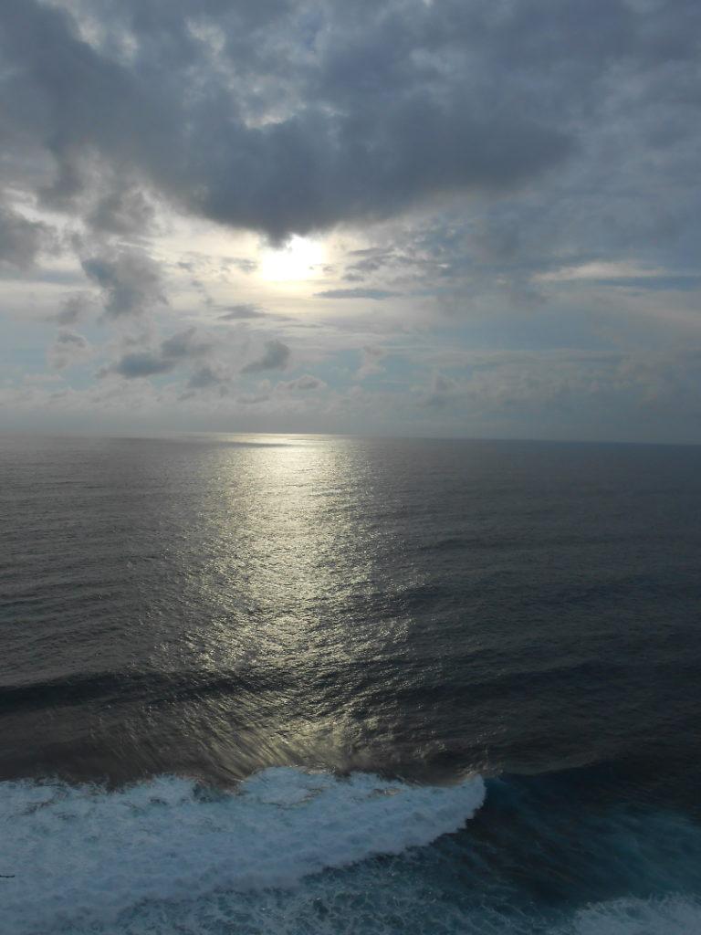 coucher de soleil depuis Pura Lahur Ulu Watu, un temple perché en haut d'une falaise qui surplombe la mer