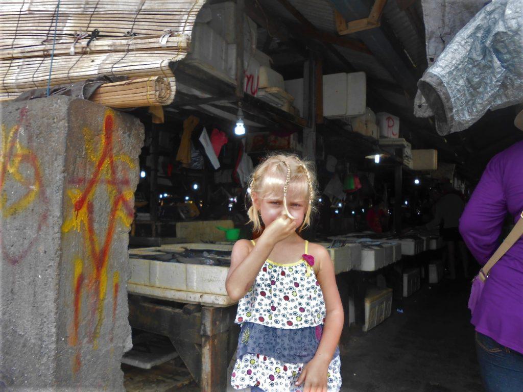 chatoune qui se tient le nez au fisk market (marché au poissons) de Kua Bali