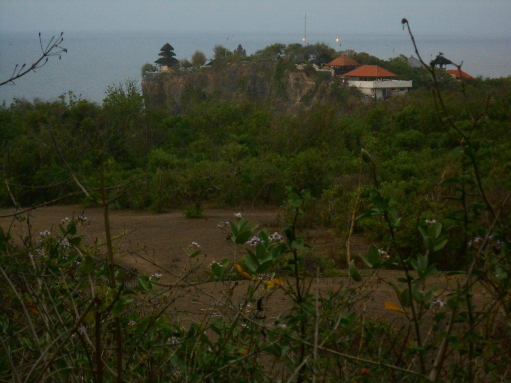 Pura Lahur Ulu Watu, un temple perché en haut d'une falaise qui surplombe la mer, près de Kuta Bali