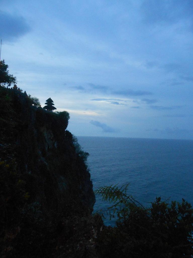 Pura Lahur Ulu Watu, un temple perché en haut d'une falaise qui surplombe la mer, près de Kuta Bali, au coucher du soleil