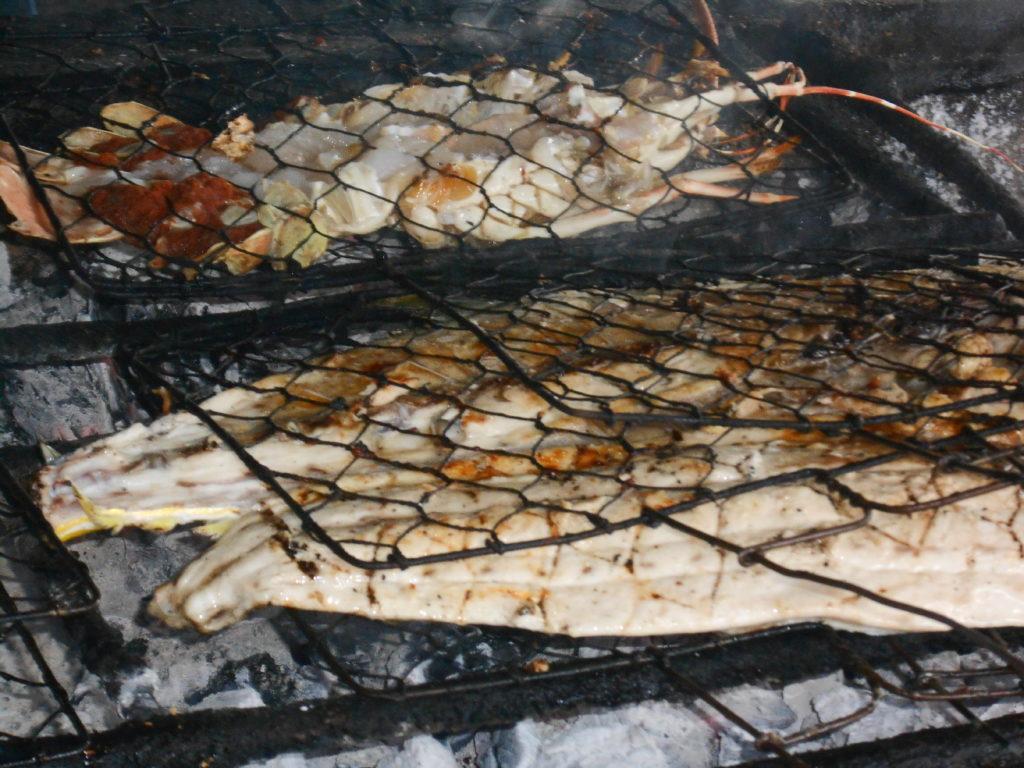poissons en train de griller dans une échoppe à côté du  fisk market (marché au poissons) de Kua Bali
