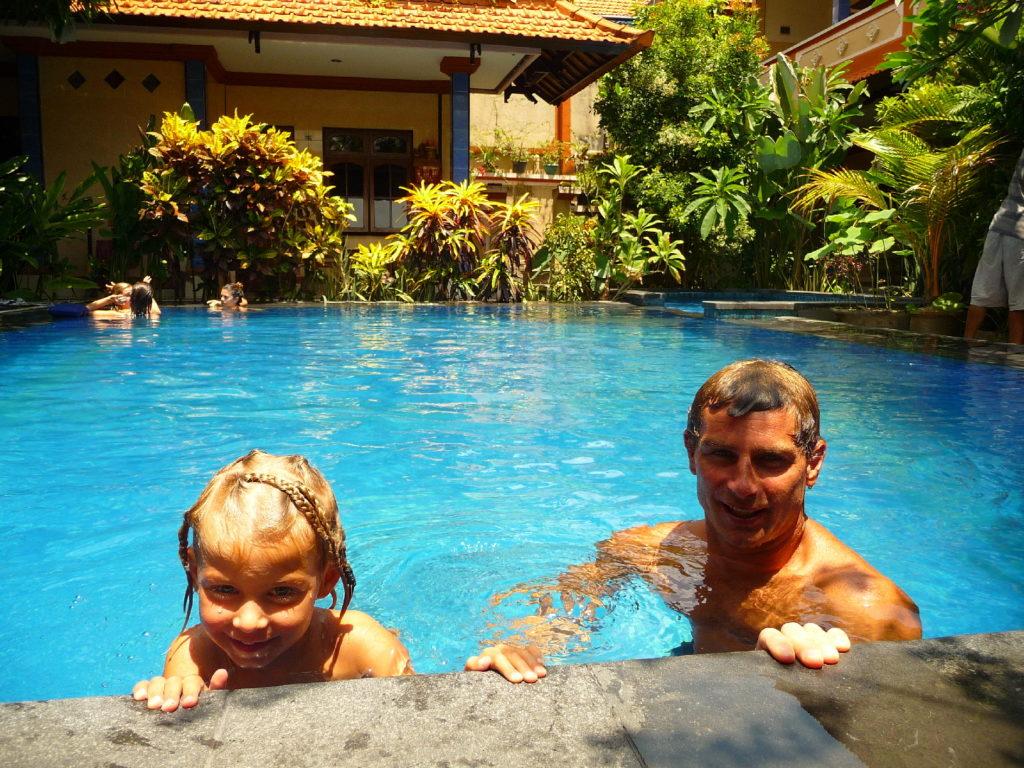 chaton et chatounette dans la piscine de notre logement à kuta bali