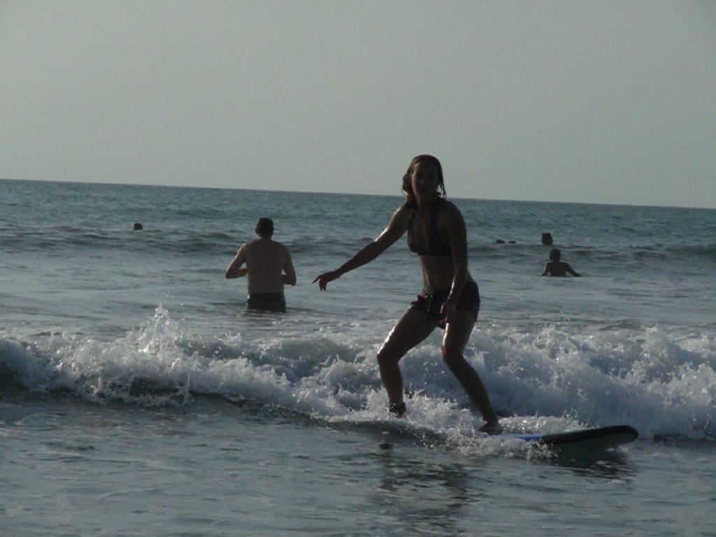Chatoune en train de surfer à Kuta Bali
