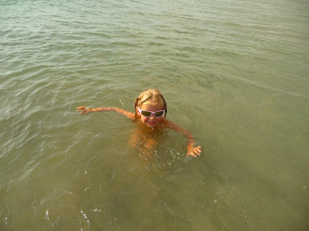 Chatounette se baigne dans la mer depuis la plage de Kuta Bali