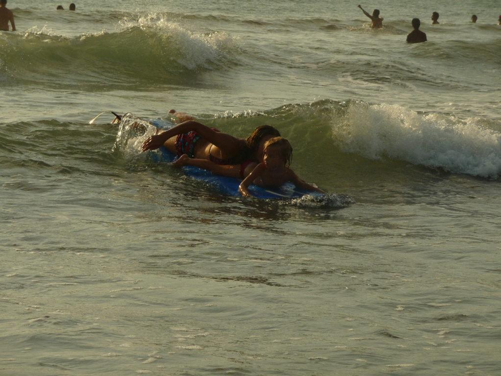 Chatounette s'initie au surf à Kuta Bali