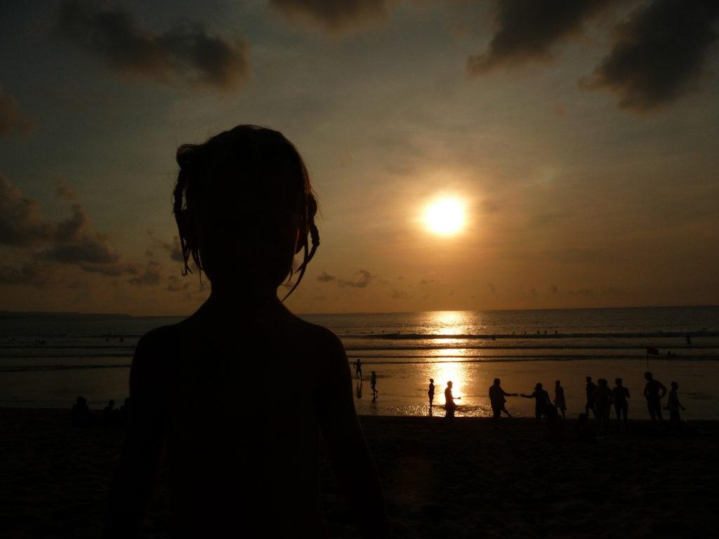 chatounette face au coucher de soleil sur la plage de Kuta Bali