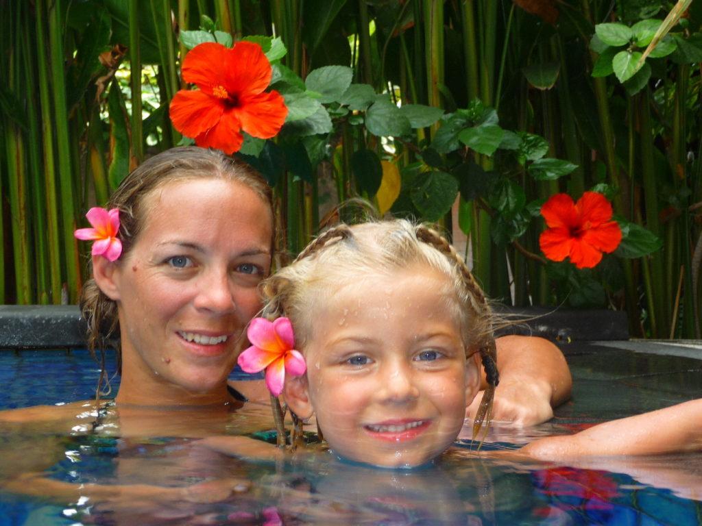 Chatoune et Chatounette dans la piscine de notre logement à Kuta Bali