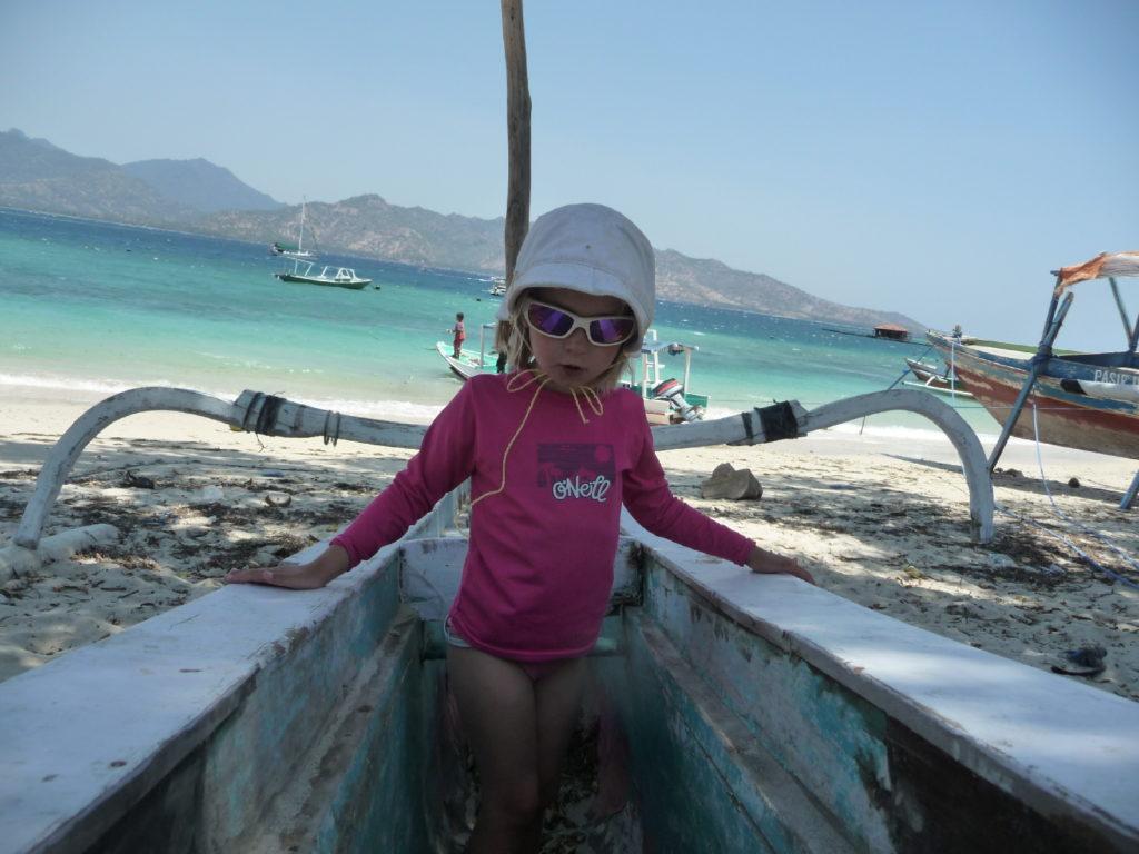 chatounette grimpée sur un bateau sur la plage de gili air