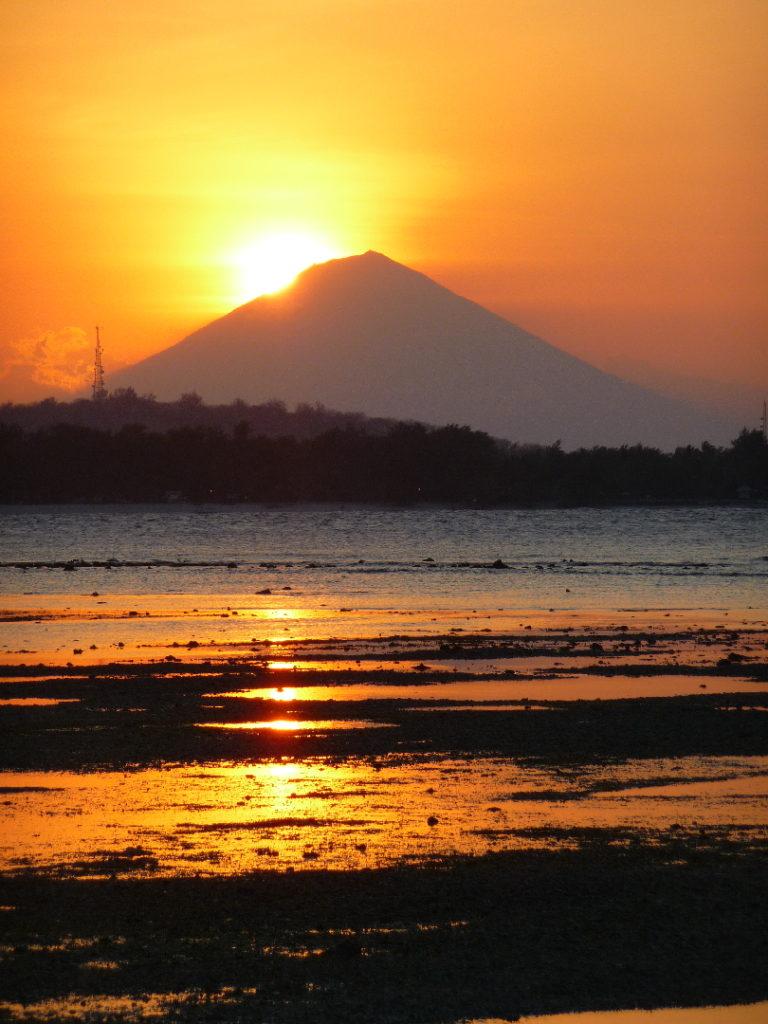 coucher de soleil à gili air avec gunung agung en arrière plan