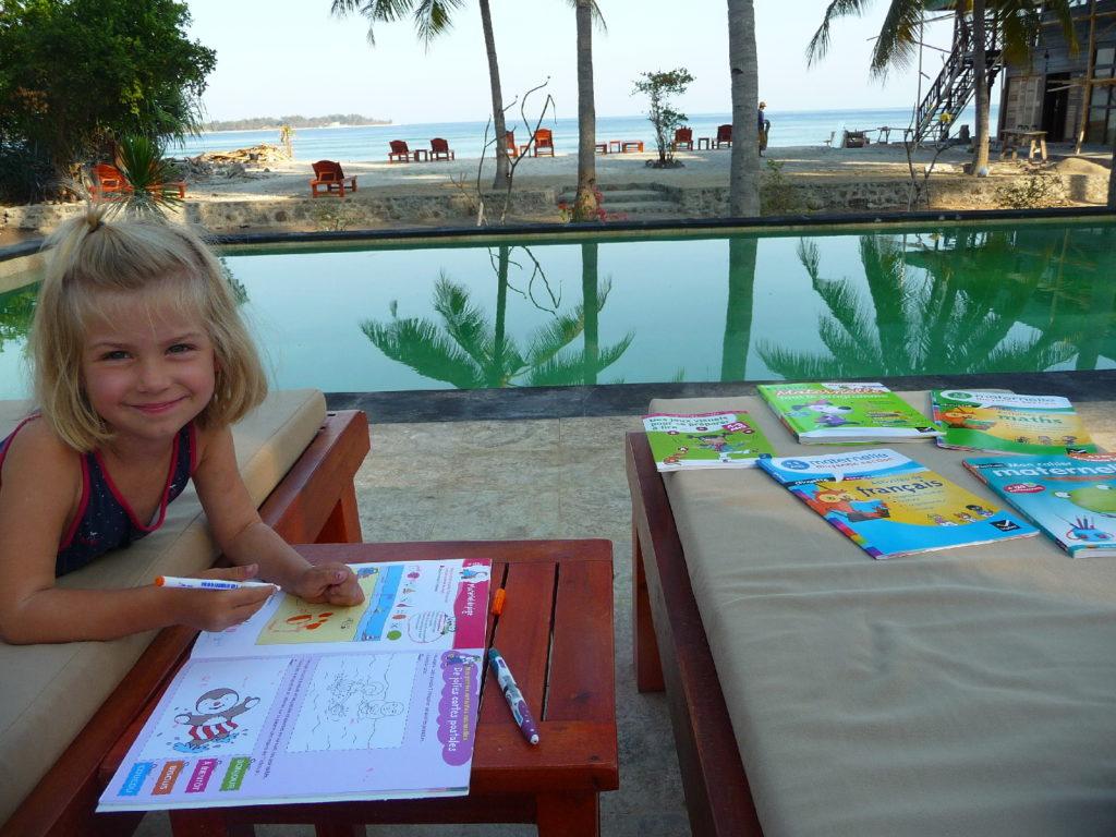 chatounette fait ses devoirs au bord de la piscine et face à la mer à gili air, la salle de classe est plutôt chouette