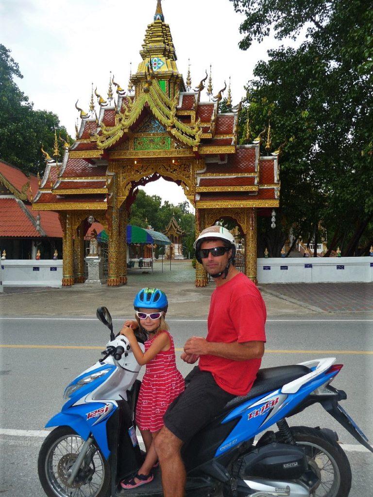 Chaton et Chatounette sur le scooter devant l'entrée d'un temple