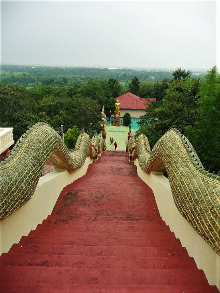 immense escalier aux rembardes en dragon près de chiang mai