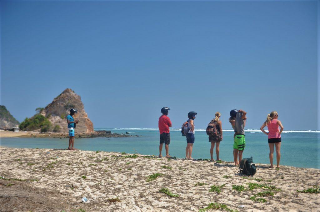 notre groupe sur la plage où ramasser les coquillages entre Kuta Lombok et Tanjung Aan Beach