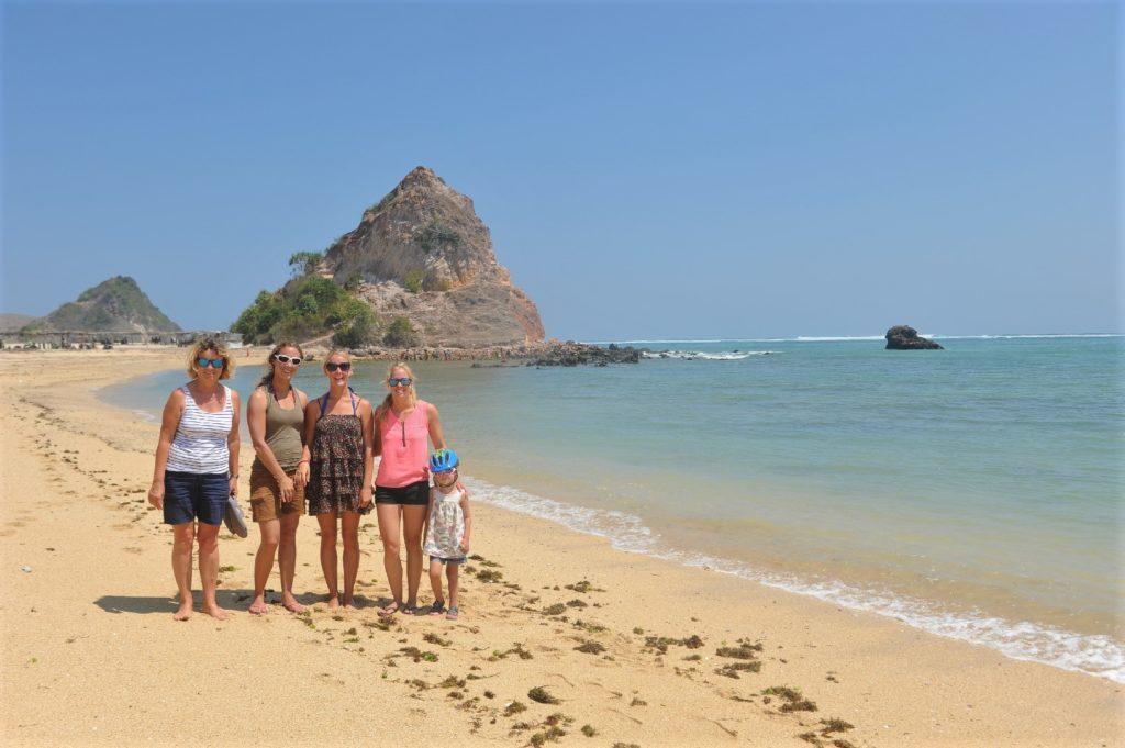 photo de famille sur la plage où ramasser les coquillages entre Kuta Lombok et Tanjung Aan Beach