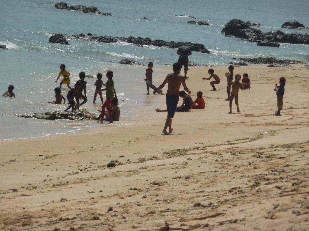 locaux se baignant à la plage où ramasser les coquillages entre Kuta Lombok et Tanjung Aan Beach