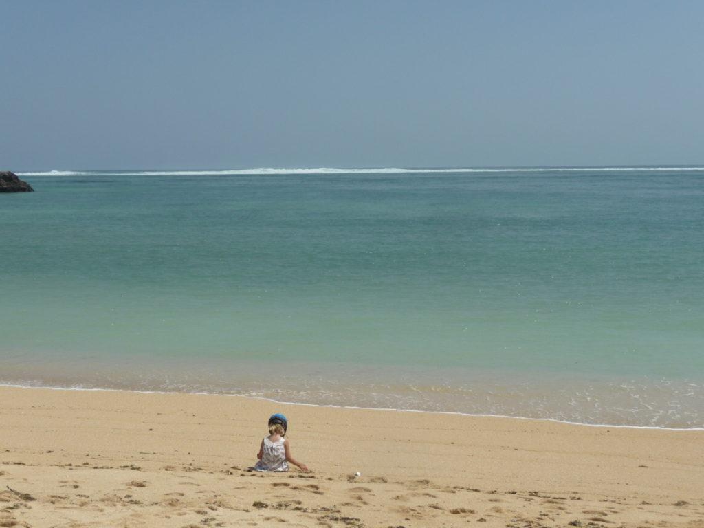 chatounette sur la plage où ramasser les coquillages entre Kuta Lombok et Tanjung Aan Beach