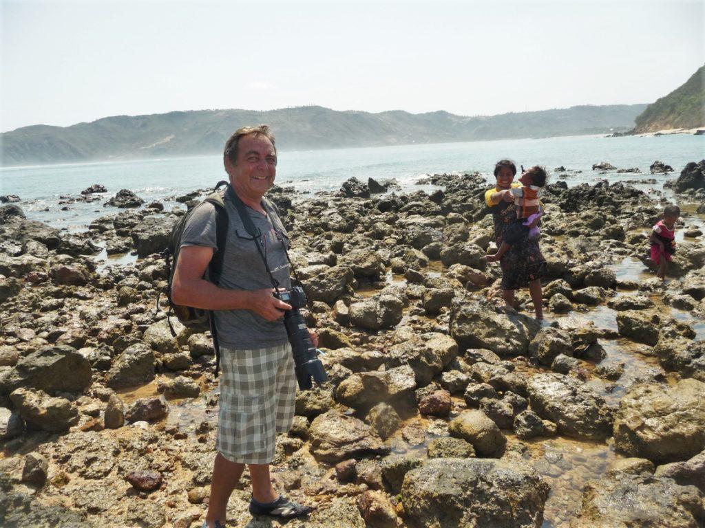pépère et son appareil photo sur la plage où ramasser les coquillages entre Kuta Lombok et Tanjung Aan Beach