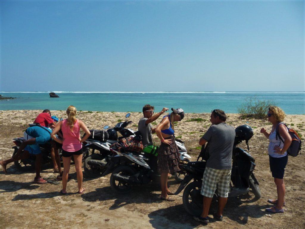 notre groupe avec les scooters sur la chatounette sur la plage où ramasser les coquillages entre Kuta Lombok et Tanjung Aan Beach