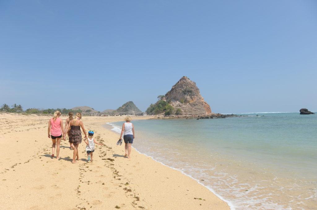notre famille marchant sur la plage où ramasser les coquillages entre Kuta Lombok et Tanjung Aan Beach