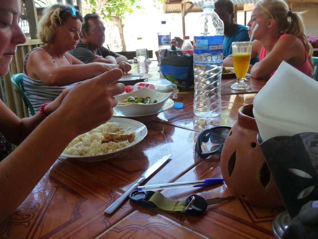 notre famille au warung de kuta lombok, face à la mer