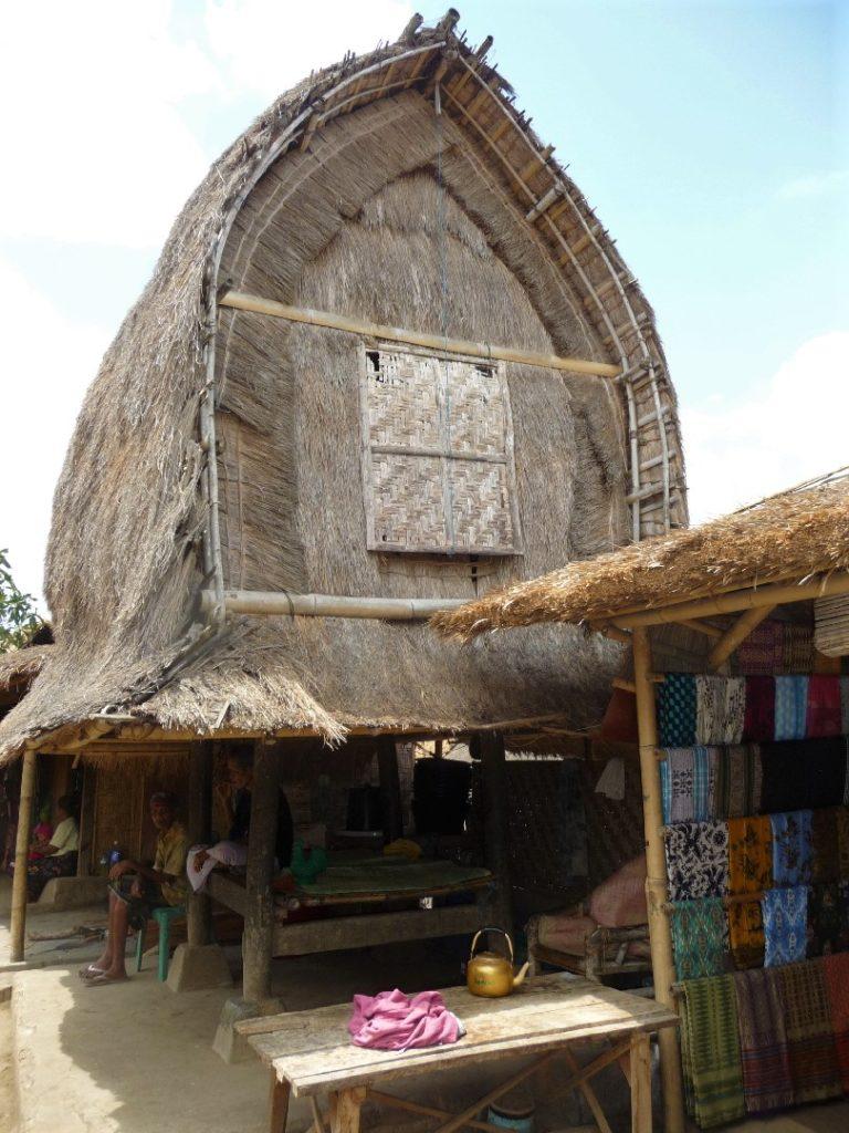 Sade, village sasak à Lombok, habitat traditionnel au toit en forme de fer à cheval