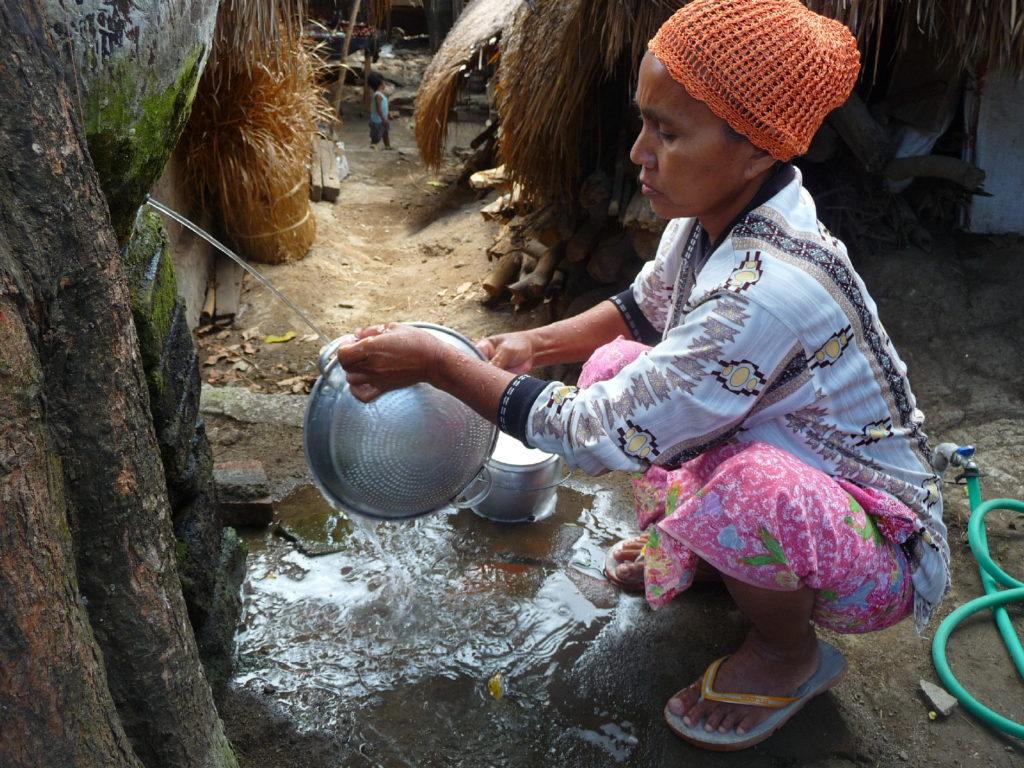 Sade, village sasak à Lombok, femme faisant la vaisselle