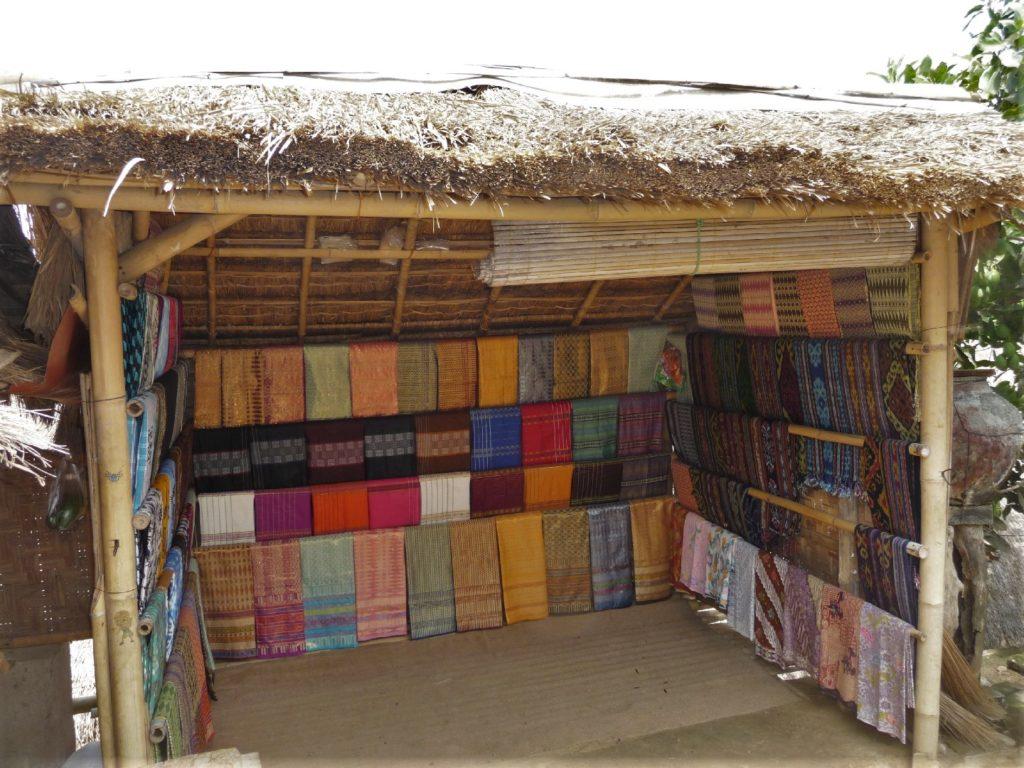 Sade, village sasak à Lombok, magasin vendant des sarongs