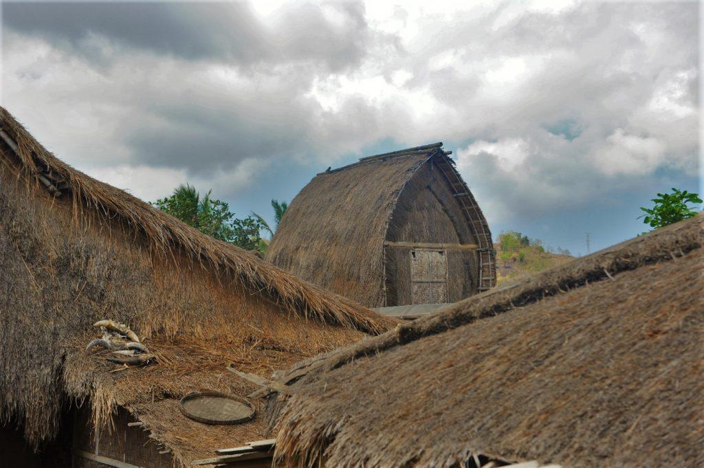 Sade, village sasak à Lombok, toit en fer à cheval