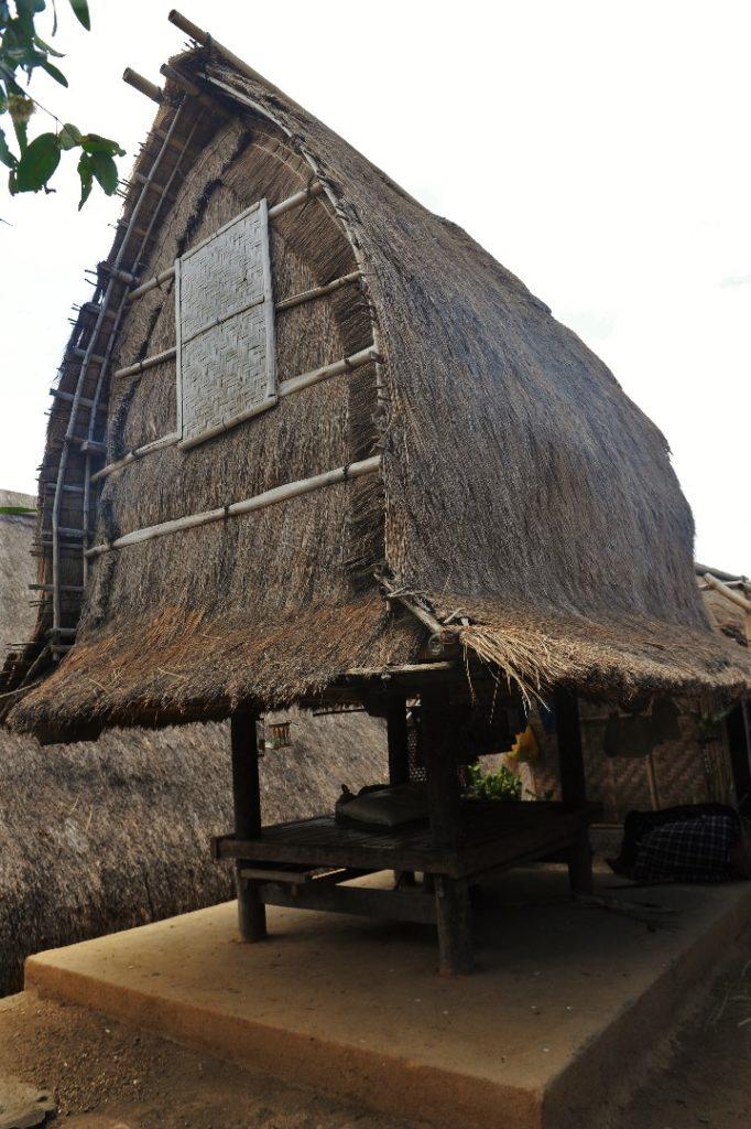 Sade, village sasak à Lombok, toit en forme de fer à cheval